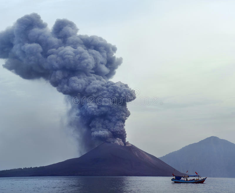 Vulkaanuitbarsting. Anak Krakatau stock foto's