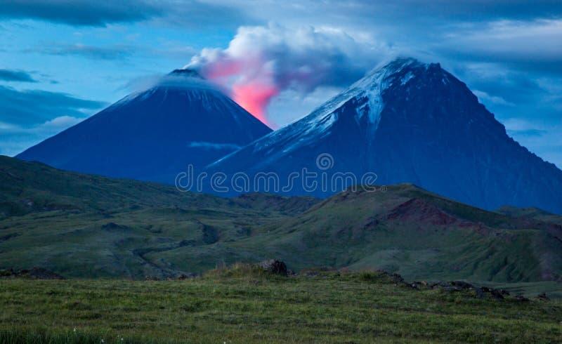 Vulkaanvallei bij een spectaculaire show bij nacht - het Schiereiland van Kamchatka royalty-vrije stock fotografie
