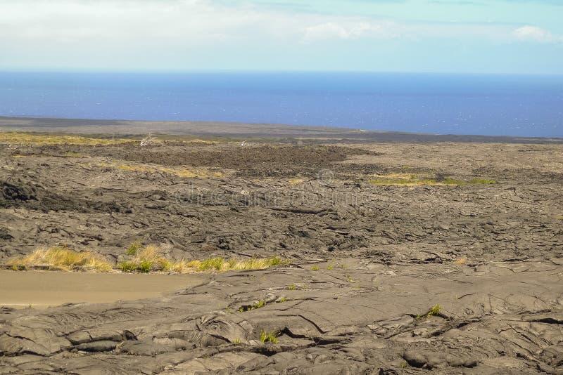 Vulkan auf der großen Insel, in der die Lava die Straße blockiert hat lizenzfreies stockbild