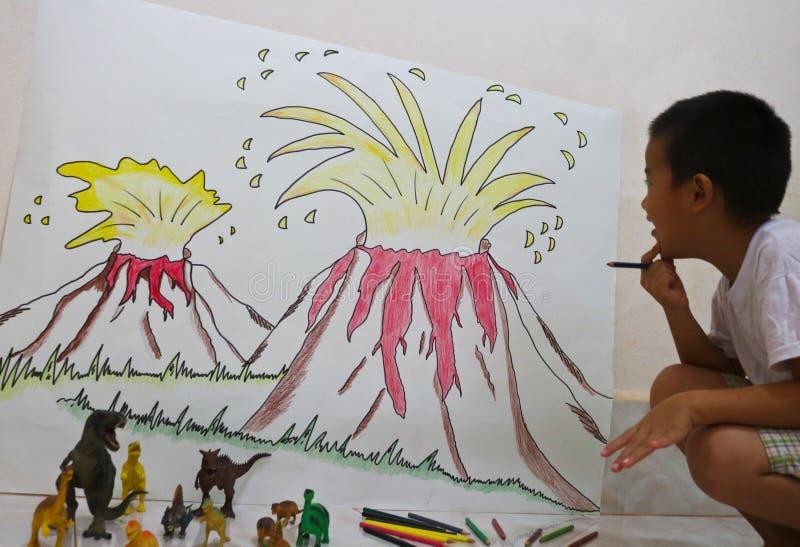 Vulkan bombarderar målning av en pojke på väggen och dinisaurleksaken royaltyfri fotografi
