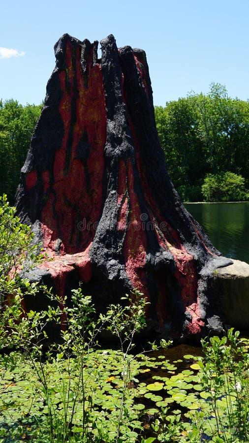 Vulkan am Dinosaurier-Platz an Natur ` s Art Village in Montville, Connecticut stockfoto