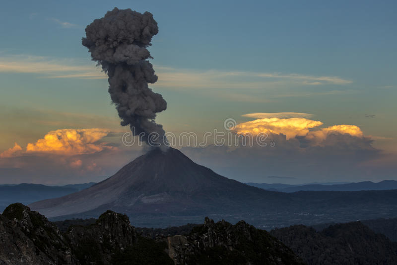 vulkan för anakutbrottindonesia krakatau arkivfoton