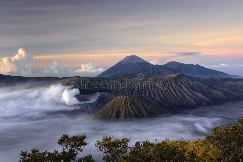 vulkan för bromomonteringssoluppgång arkivbild