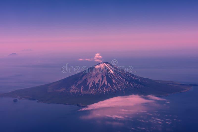 Vulkan i Kamchatka fotografering för bildbyråer
