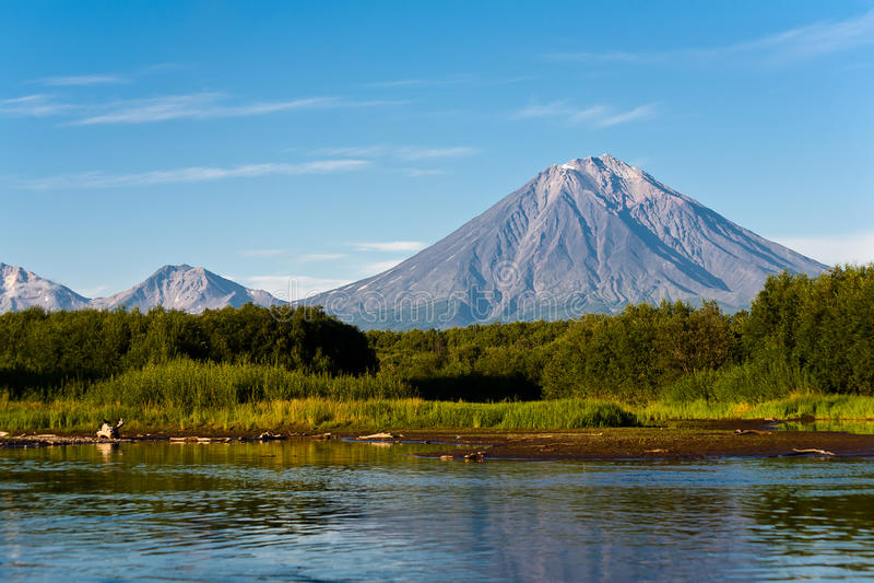 Vulkan Koryaksy och flod Avacha på Kamchatka. royaltyfri fotografi