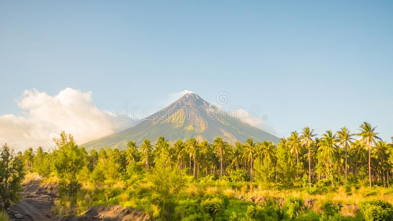 Vulkan Mayon in Legazpi, Philippinen Vulkan Mayon ist ein aktiver Vulkan und steigen 2462 Meter von den Ufern von lizenzfreies stockfoto
