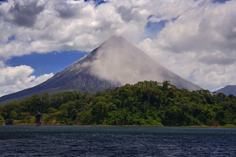 Vulkan med utandning och askaen Härligt vändkretslandskap med vulkan Aktiv vulkan för kotte, Central America Aktiva Arenal med arkivbild