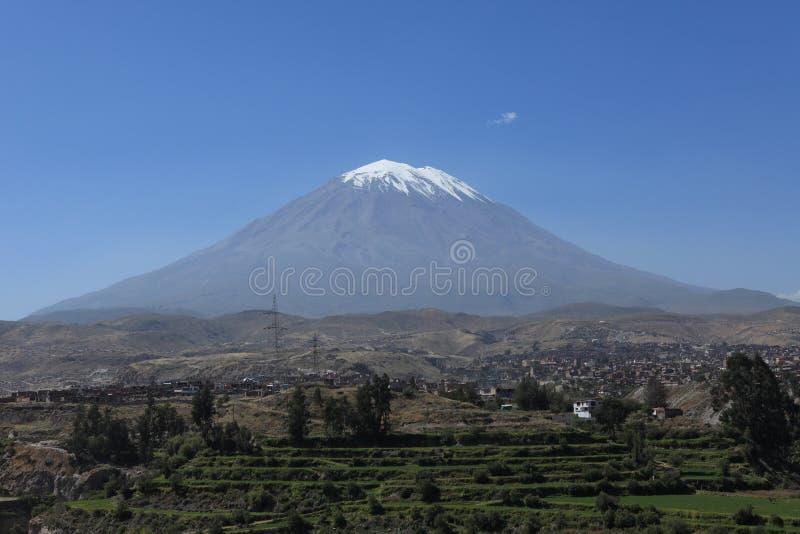 Vulkan runt om Arequipa fotografering för bildbyråer