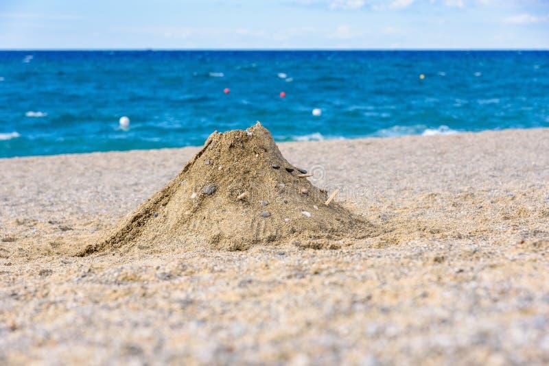 Vulkan som göras från sand på stranden arkivbilder