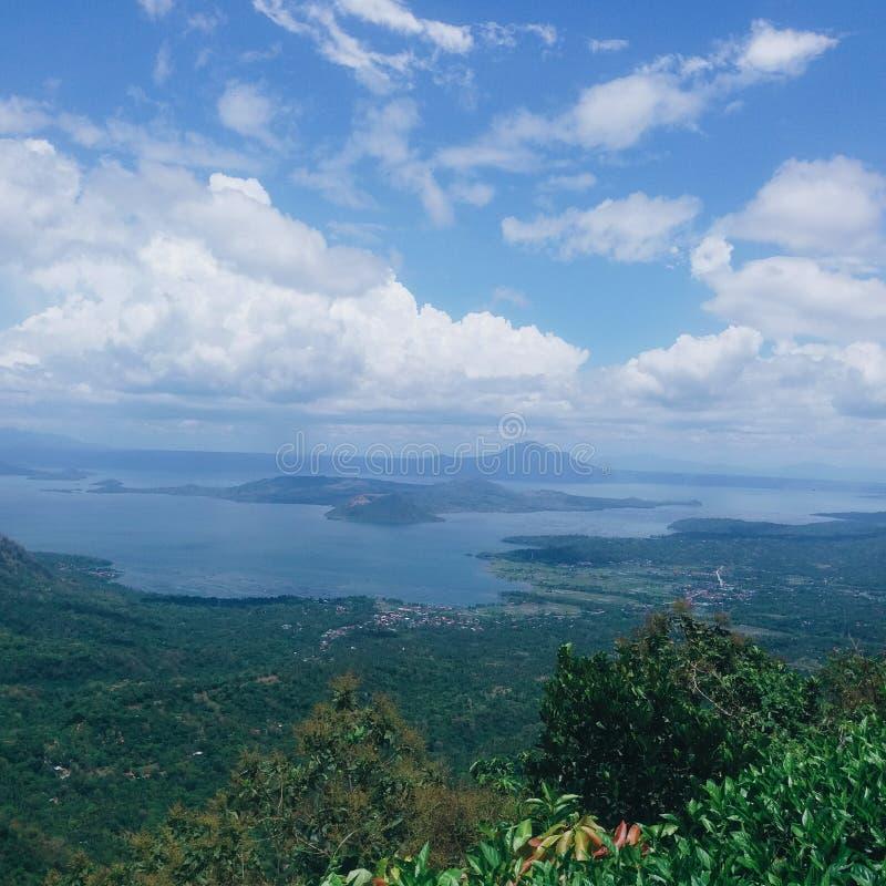 Vulkan und See Taal mit Kumuluswolken auf blauem Himmel bei Batangas, Philippinen stockfotos