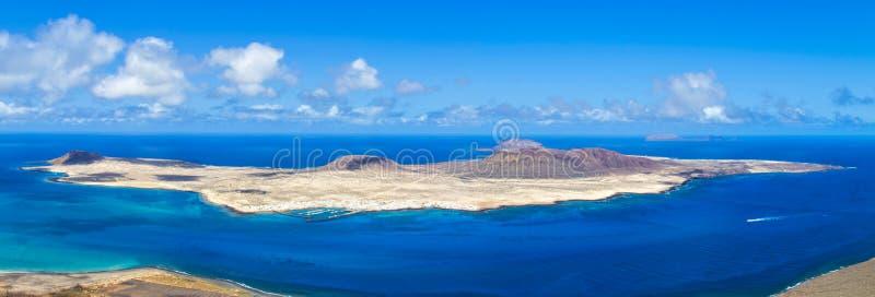 Vulkaninsel-La Graciosa des Atlantiks - eine Ansicht von Lanzarote stockfotografie