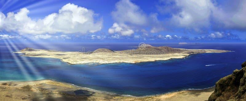 Vulkaninsel-La Graciosa mit sichtbarer Sonne strahlt - Lanzarote, Spanien aus lizenzfreie stockfotos
