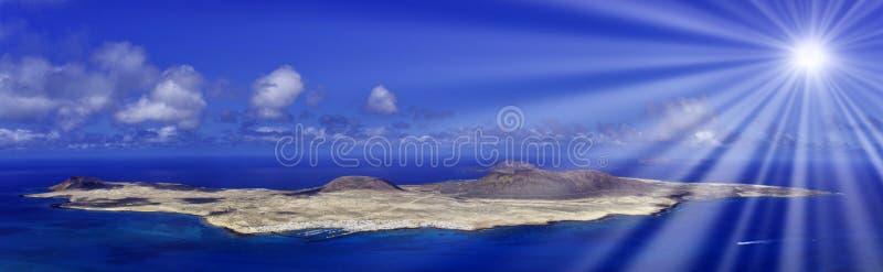 Vulkaninsel-La Graciosa mit sichtbarer Sonne strahlt - Lanzarote, Spanien aus stockfotos