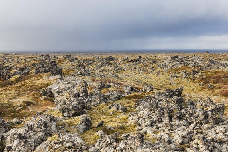 Vulkanisch landschap bij de Snaefellsnes-schiereilandkust royalty-vrije stock afbeeldingen
