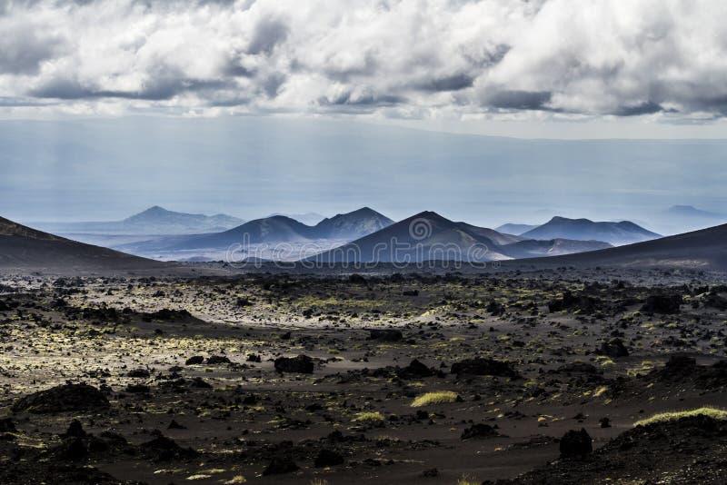 Vulkanisch landschap dichtbij actieve Volcano Tolbachik, het Schiereiland van Kamchatka, Rusland royalty-vrije stock fotografie