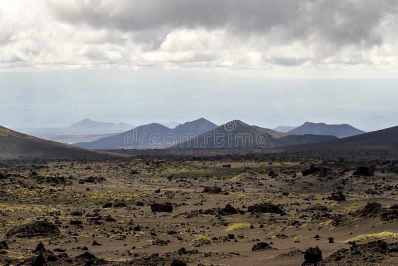 Vulkanisch landschap dichtbij Volcano Tolbachik in het donkere weer Het Schiereiland van Kamchatka, Rusland stock foto
