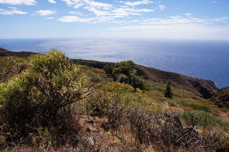 Vulkanisch landschap, met klippen en blauwe overzees royalty-vrije stock afbeelding
