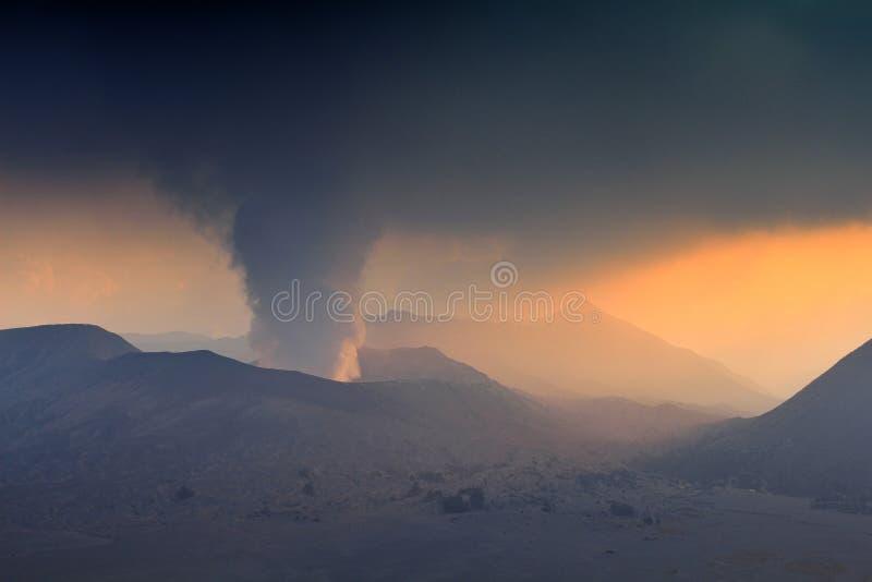 Vulkanische activiteit in onderstel Bromo in Indonesië royalty-vrije stock afbeelding