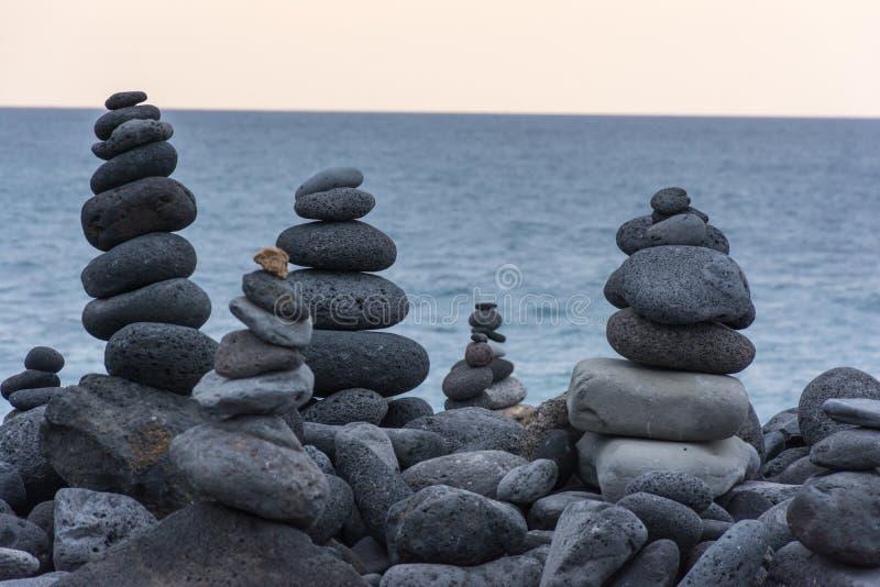 Vulkanische die rotsen in piramidewijze worden geplaatst, voor plezier en ontspanning Deze unieke plaats wordt gevestigd in de ha stock foto