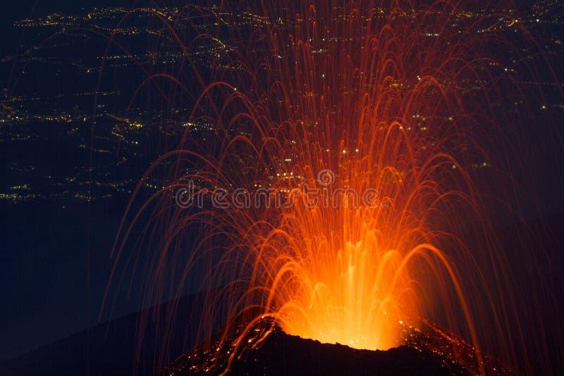 vulkanische Eruption im Vordergrund lizenzfreie stockbilder