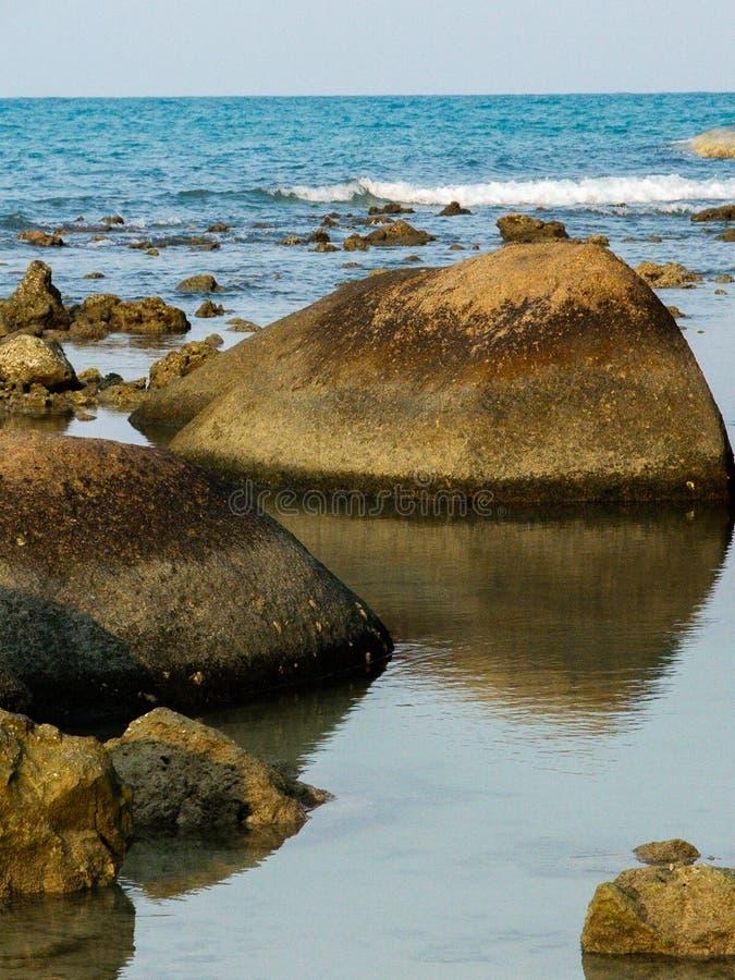 Vulkanische Felsen im Ozean lizenzfreies stockbild