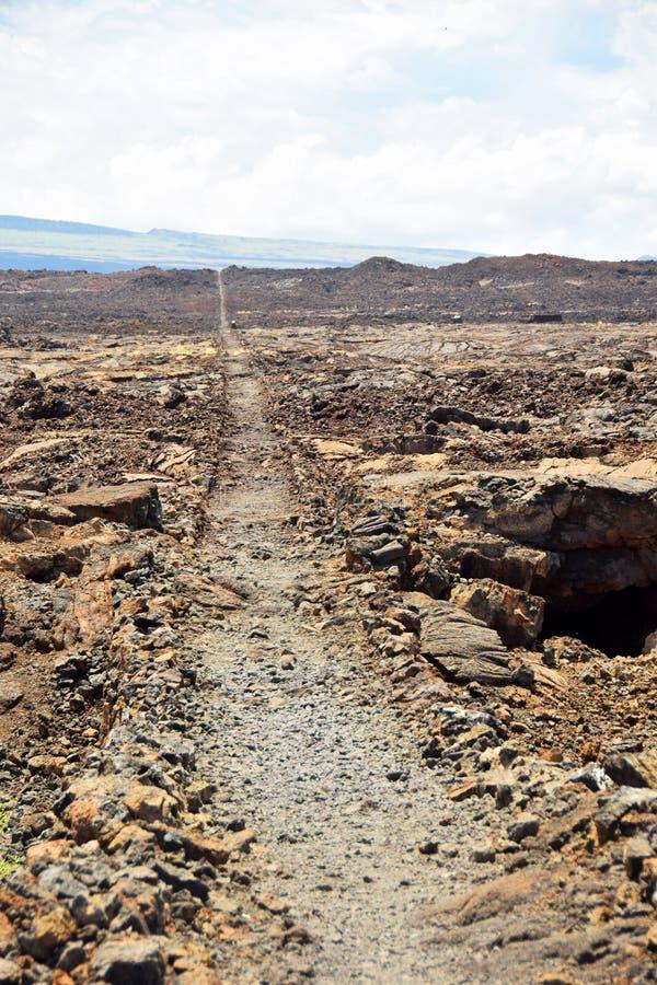 Vulkanische Felsen und Weg in Hawaii lizenzfreie stockfotos