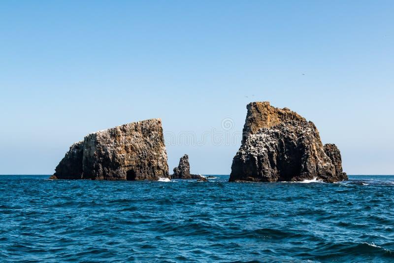 Vulkanische Felsformationen und See-Höhle in Ost-Anacapa-Insel lizenzfreie stockfotos