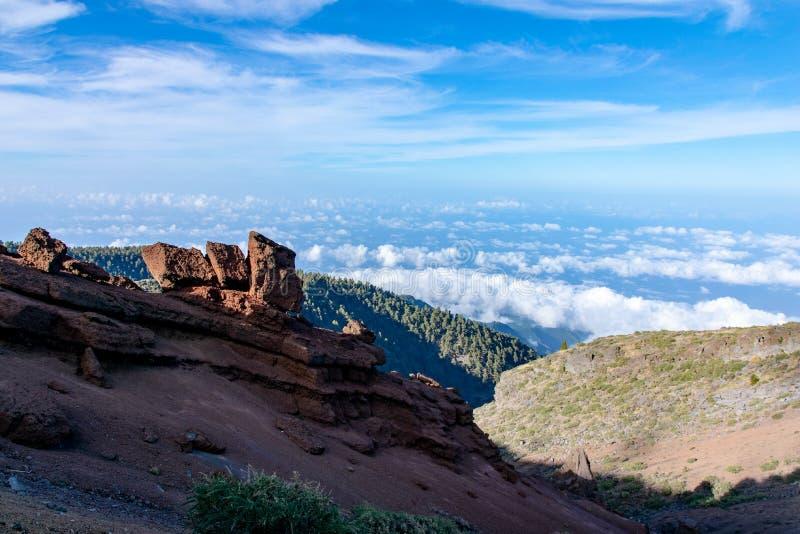 Vulkanische geologische rotsvormingen boven het wolkenniveau bij La Palma, Canarische Eilanden, Spanje royalty-vrije stock afbeelding