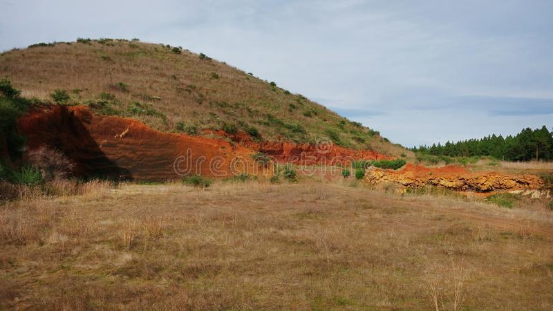 Vulkanische Hügel bedeckt in der trockenen lokalen Flora mit sichtbarer Abnutzung, Teneriffa, Kanarische Inseln, Spanien lizenzfreie stockfotografie