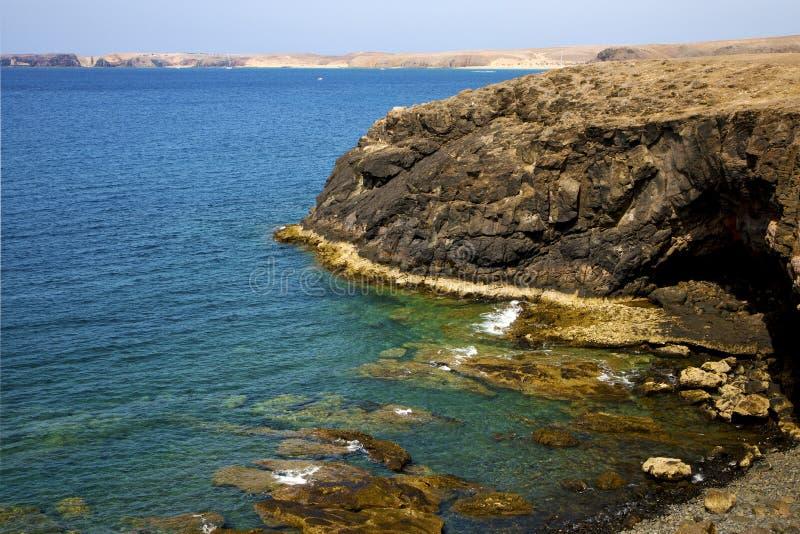 Vulkanische het waterkustlijn van Spanje in lanzarote hemelwolk royalty-vrije stock fotografie