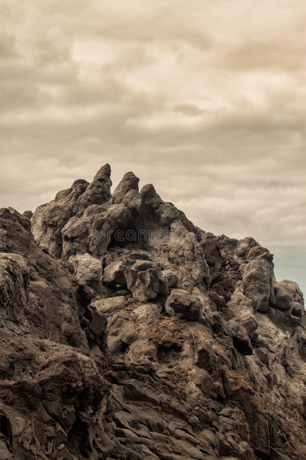 Vulkanische klippen op wolkendag royalty-vrije stock afbeeldingen