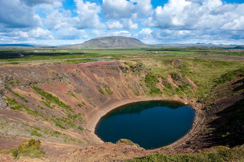 Vulkanische krater Kerid met blauw binnen meer, bij zonnige dag met mooie hemel, IJsland royalty-vrije stock foto