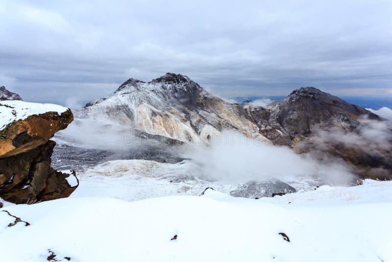Vulkanische krater van Onderstel Aragats, noordelijke top, bij 4.090 m, Armenië royalty-vrije stock fotografie