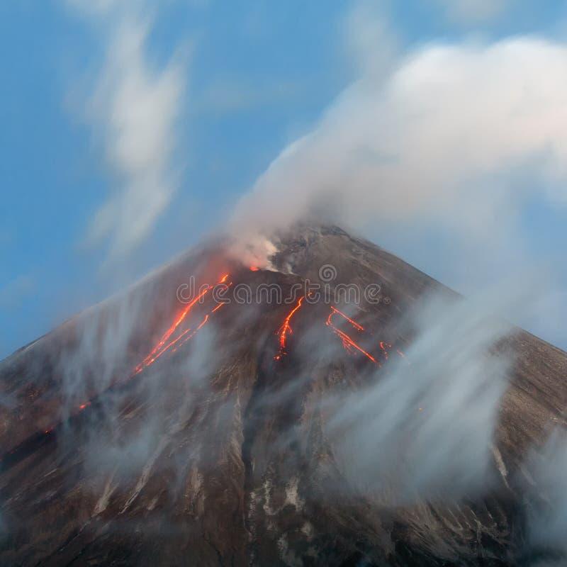 Vulkanische Landschaft der erstaunlichen Eruption - glühende Lavaflüsse auf Steigung des aktiven Vulkans lizenzfreie stockfotos