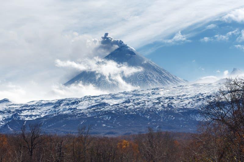 Vulkanische Landschaft Kamchatka: Ansicht des Eruptionsvulkans stockfotos
