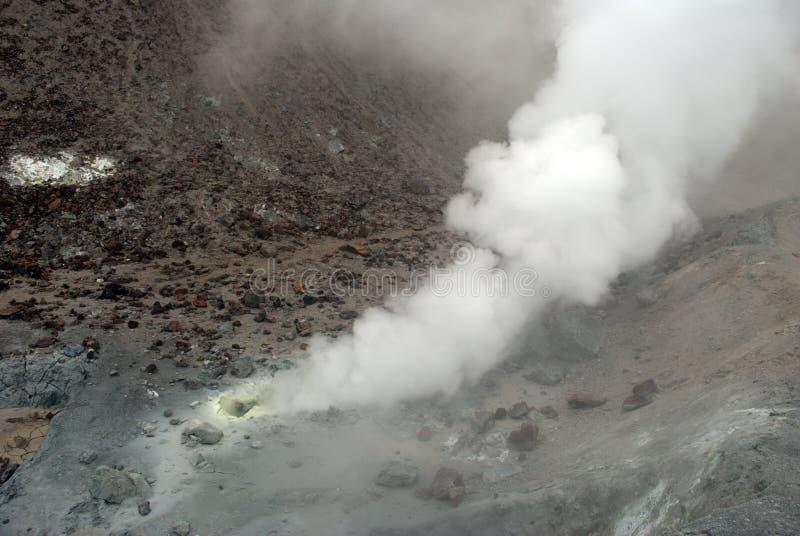 Vulkanische openingen met rook, zwavel en as royalty-vrije stock afbeeldingen