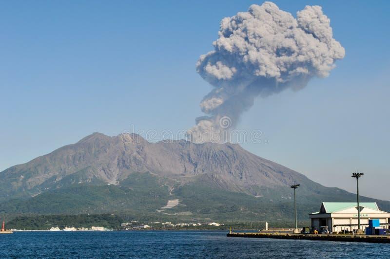 Vulkanische pluim die over Sakurajima in Kagoshima, Japan toeneemt royalty-vrije stock foto's