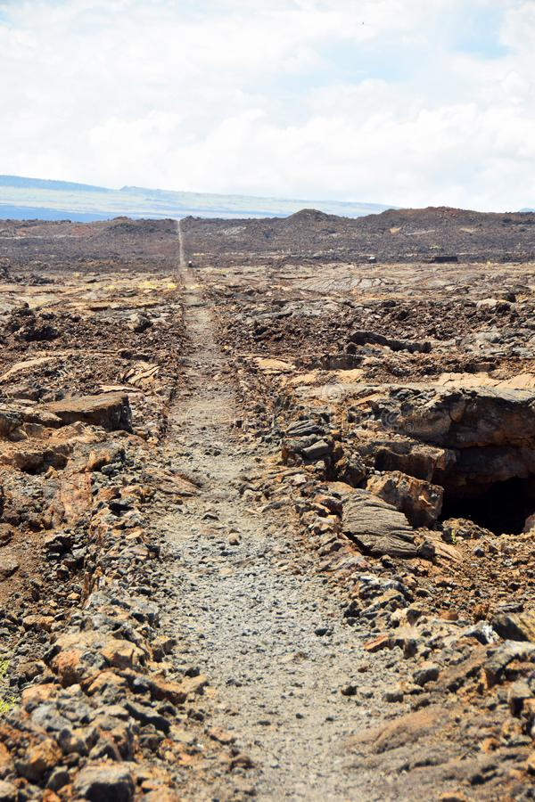 Vulkanische rotsen en weg in Hawaï royalty-vrije stock foto's