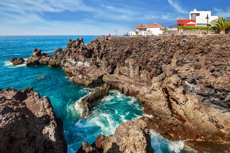 Vulkanische rotsen in Playa San Juan op Tenerife stock foto's