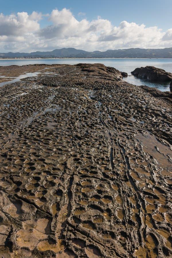 Vulkanische rotsplakken in Omaha Bay stock afbeeldingen