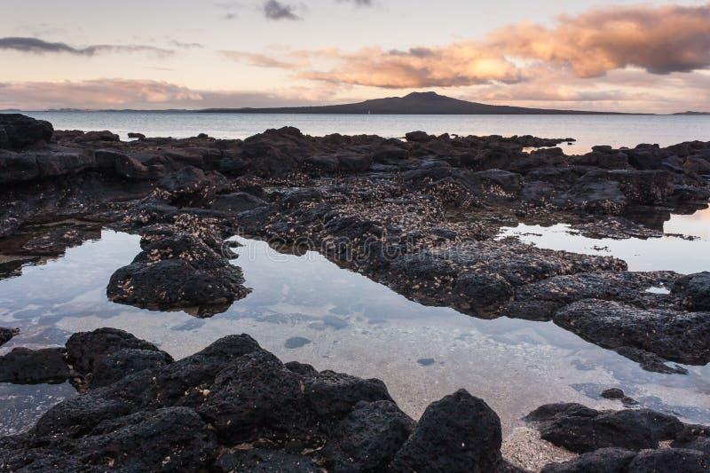 Vulkanische rotspools bij zonsondergang royalty-vrije stock afbeelding