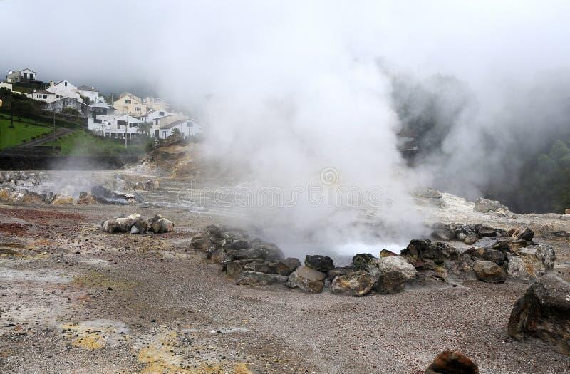 Vulkanische stoom van zwavel stock afbeeldingen