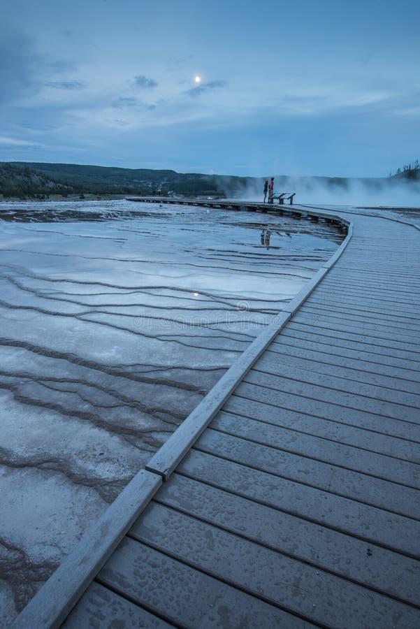 Vulkanische Struktur und dämpfende Geysire im großartigen prismatischen Quellgebiet in Yellowstone Nationalpark, Wyoming stockbild
