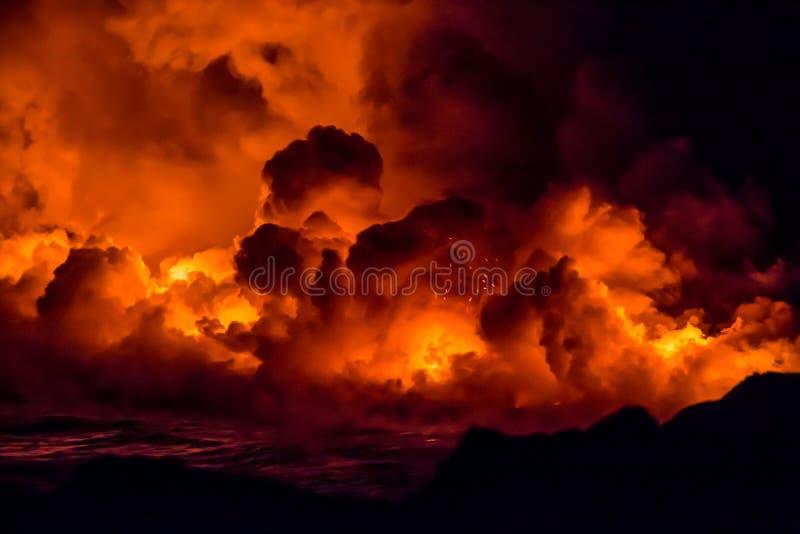 Vulkanische uitbarsting en lavaexplosie in Hawaï stock foto's