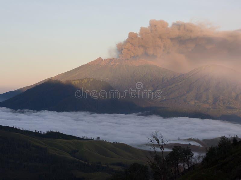 Vulkanische uitbarsting in Java stock fotografie