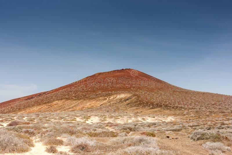 Vulkanischer Krater unter einem wolkenlosen blauen Himmel La Graciosa, Lanzarote, Kanarische Inseln, Spanien stockfoto