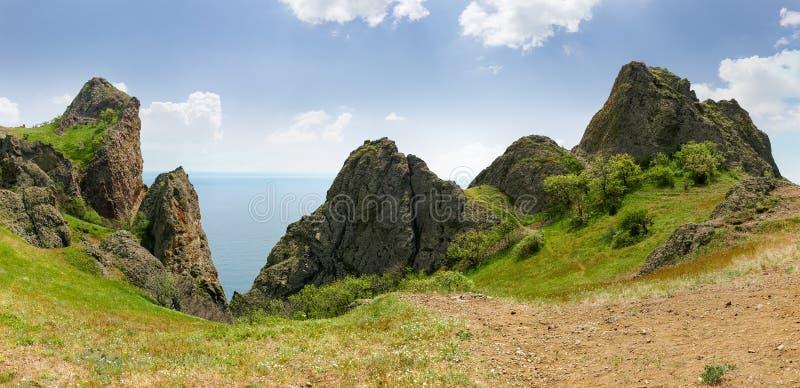 Vulkanischer Ursprung der felsigen Kante über dem Meer stockbilder