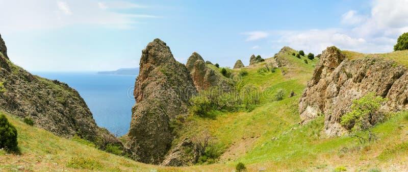 Vulkanischer Ursprung der felsigen Kante über dem Meer lizenzfreie stockfotografie