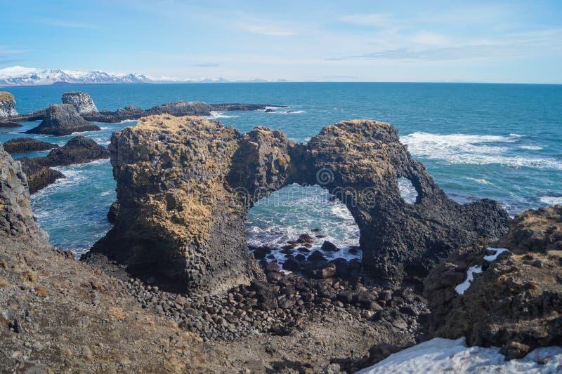 Vulkanisk båge på kustlinjen av den Snæfellsnes halvön, Island royaltyfria bilder