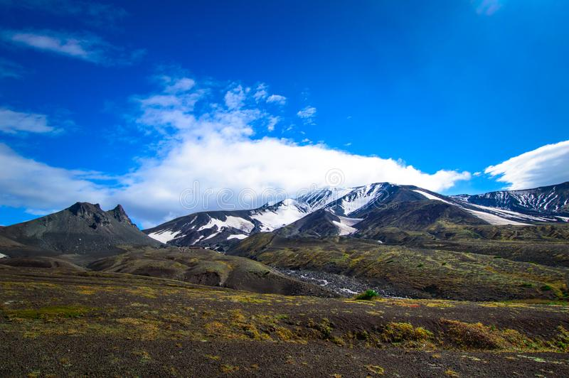 vulkanisk liggande Avachinsky vulkan - aktiv vulkan av den Kamchatka halvön Ryssland Far East royaltyfri fotografi